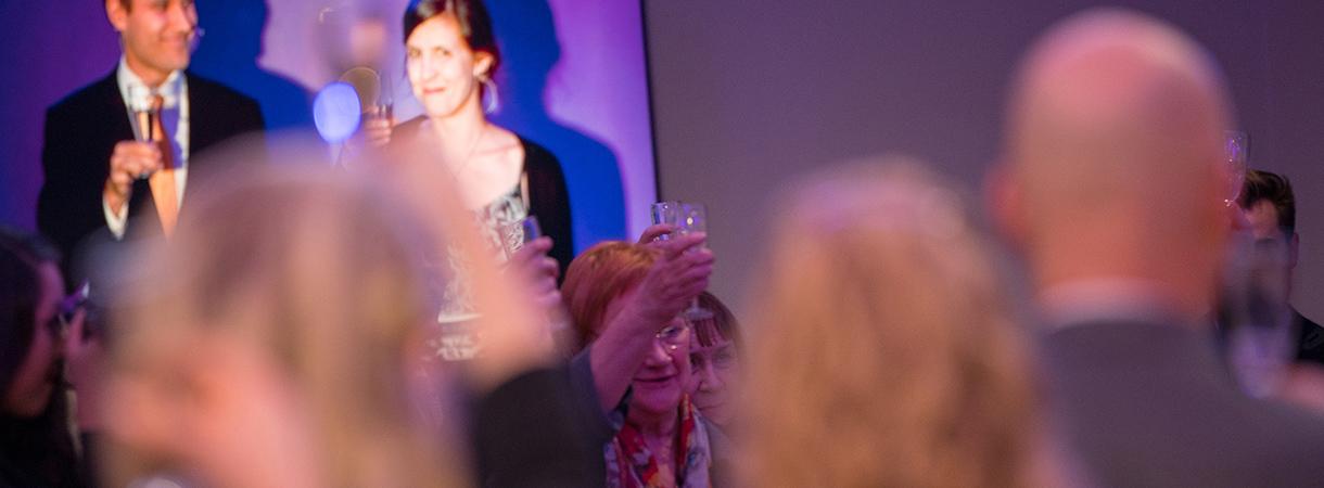 Presidentti Tarja Halonen ja muut juhlavieraat kohottavat maljan.
